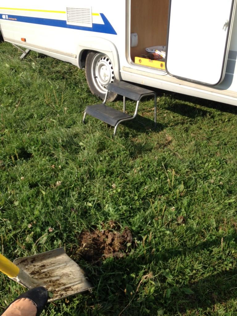 Rennplatz einrichten:  Wohnwagen ausrichten und Kuhfladen aus dem Gärtchen schaufeln :-)