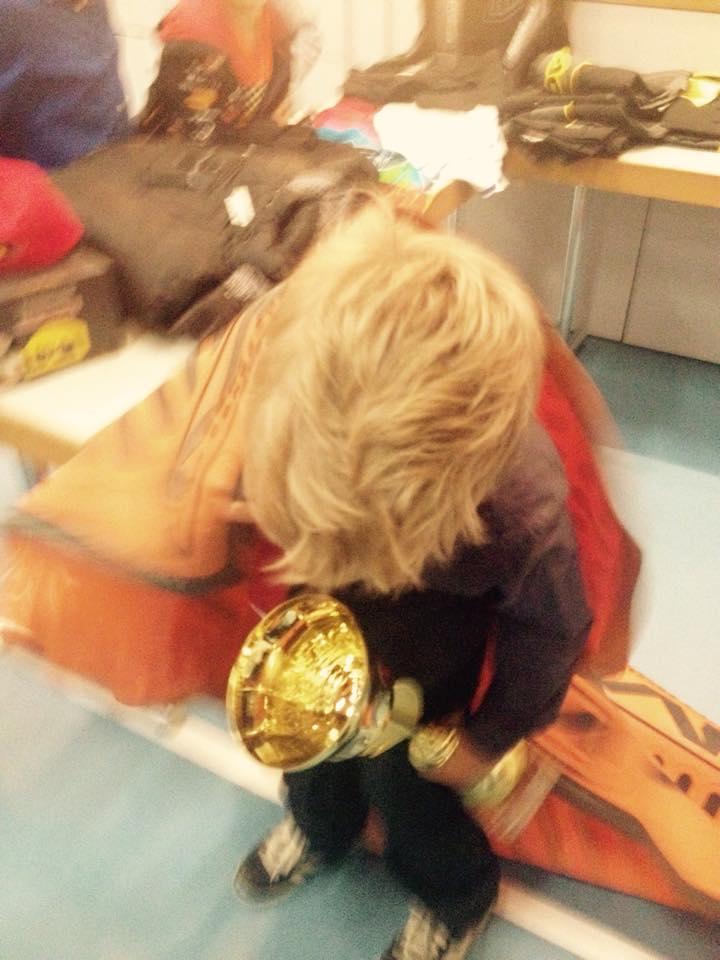 Beim Wegschleppen des Preises vom gut bestückten Gabentisch ! Taking home a big present and the Trophy-cup !