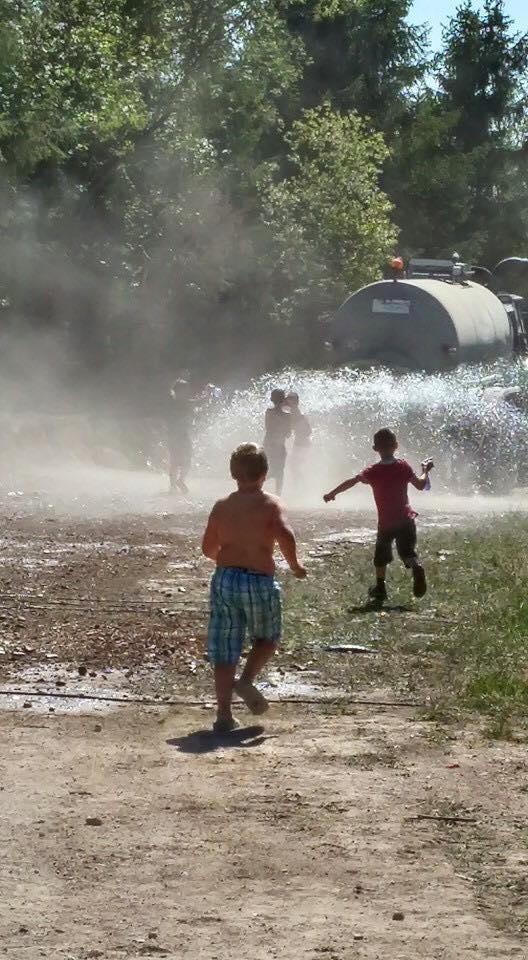 Abkühlung mit Wassergefüllten Güllenwagen...