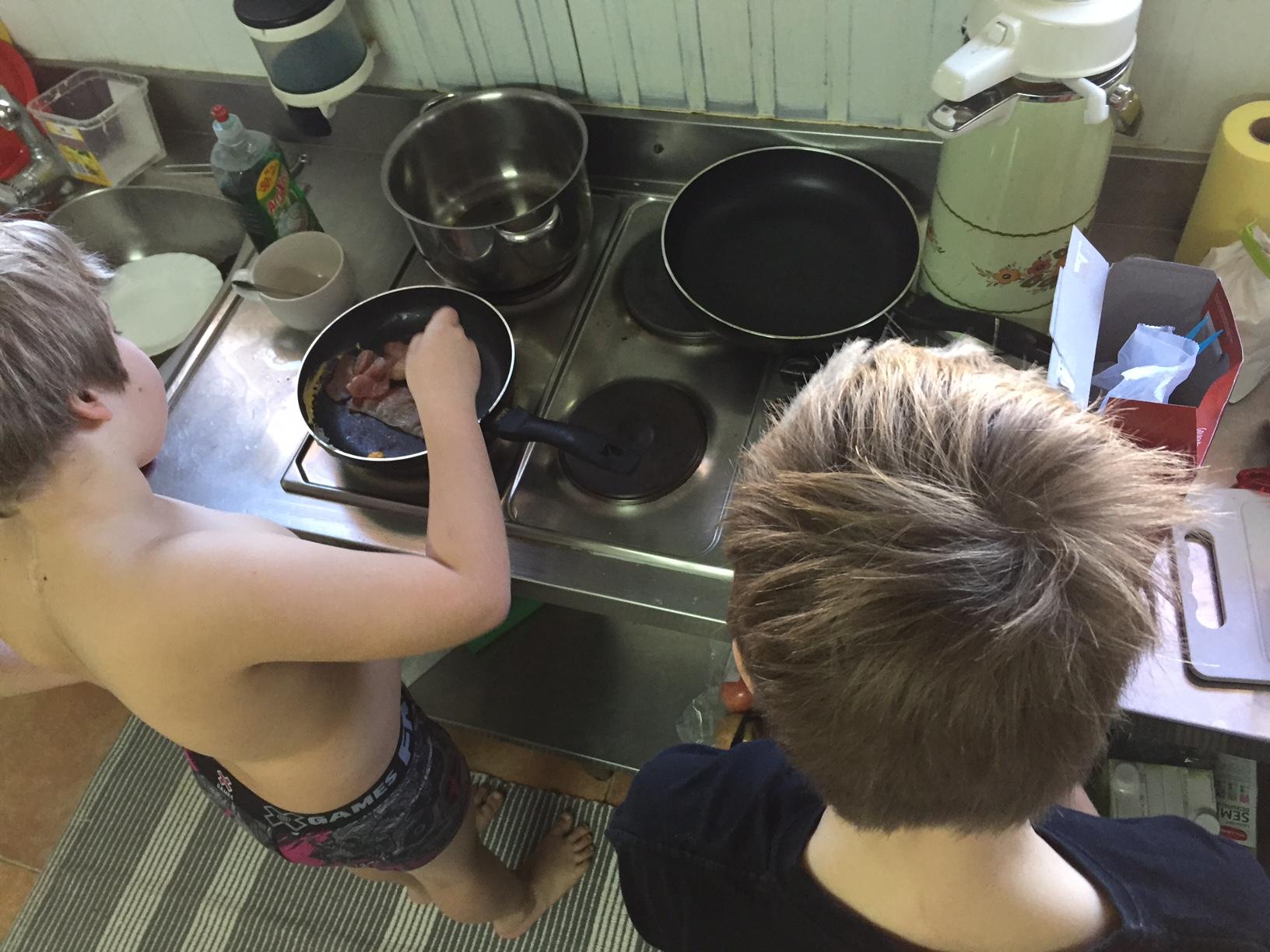 Jungs beim Kochen im Wohncontainer