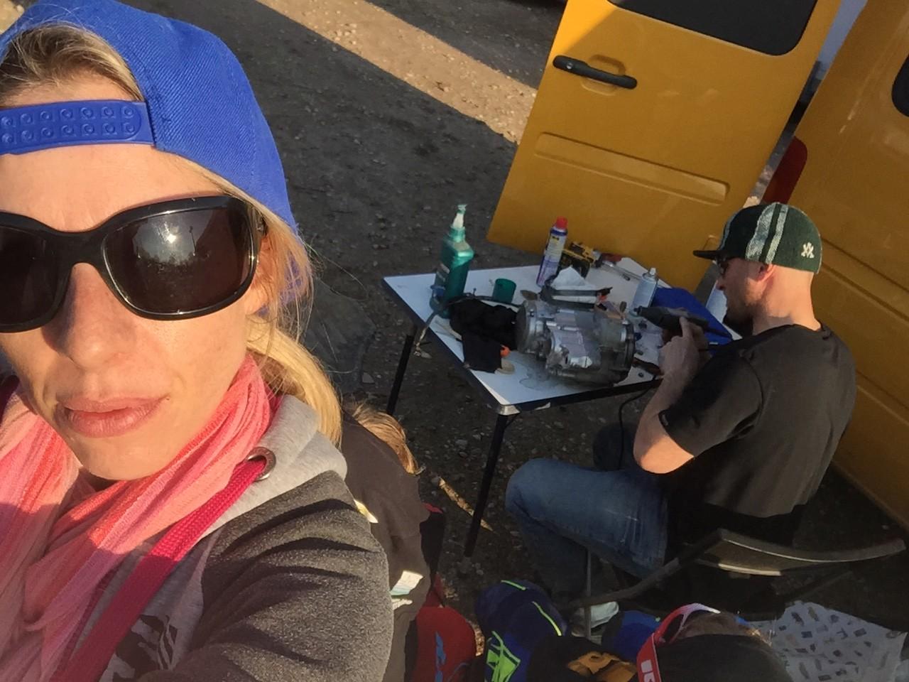 Marco poliert seinen Motor und Madox schaut mit Schutzkleidung zu